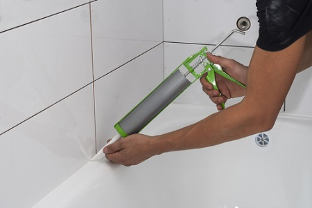 Aplicar una junta de silicona en la bañera y el lavabo.