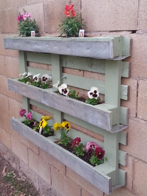 Como hacer una caja de flores en un palet.