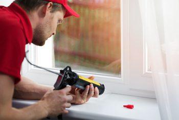 Aísla tus ventanas con un sello acrílico.