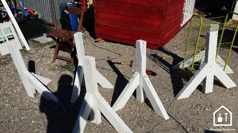 Realice una cabaña de paletas de madera-los pilotes