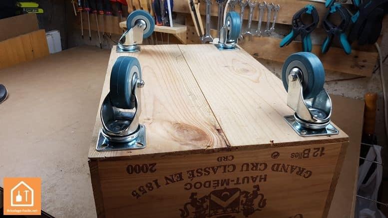Caja de madera con ruedas-colocación de las ruedas