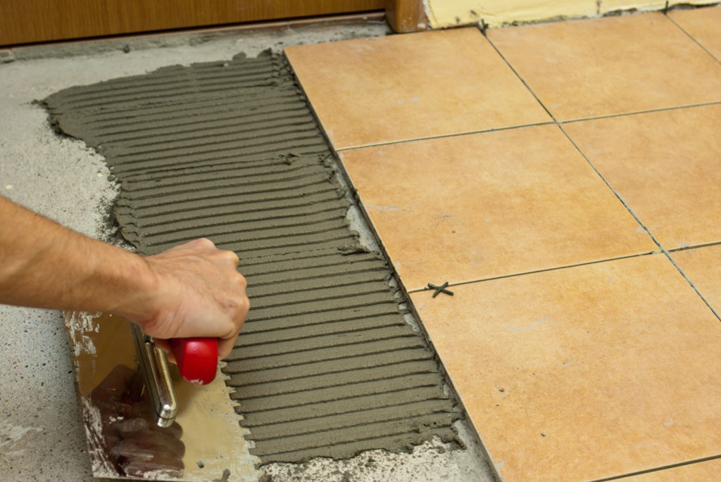 Renovación: ¿cómo pegar un pedazo de baldosa?