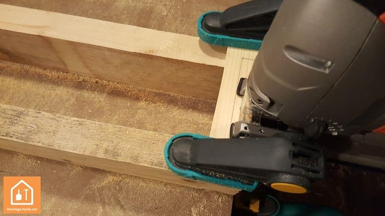 Haciendo un escudo de madera-cortando desde el interior del manija