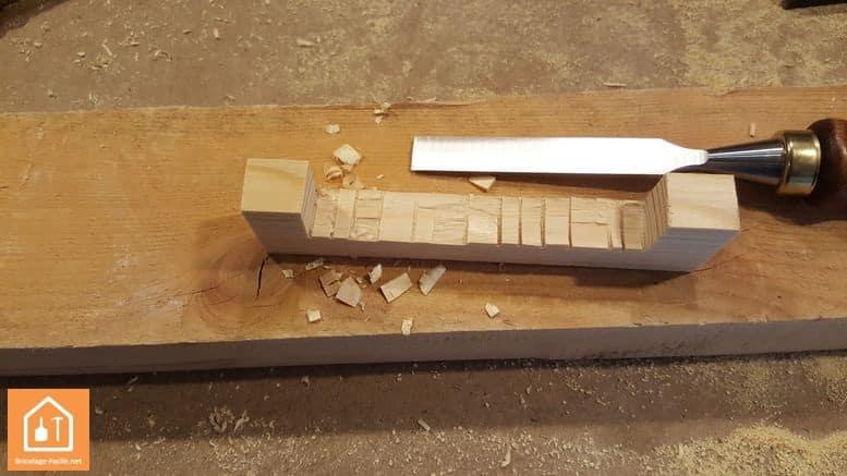 Haga un escudo de madera-finalizamos con un cincel para madera