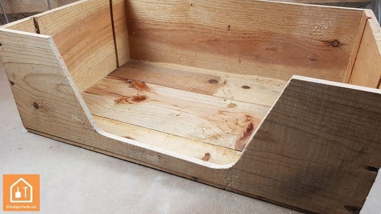 Hacer una perrera con una caja de madera.